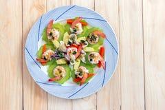 Bästa sikt av kokt räka-, tioarmad bläckfisk- och grönsaktoppning med kryddig havs- sås Arkivfoto