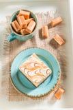 Bästa sikt av kolakakan med stänger på blått porslin royaltyfria foton