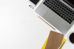 Bästa sikt av kontorsarbetsplatsen Vitt skrivbord med kopieringsutrymme Lekmanna- sikt för lägenhet på tabellen med bärbara dator Fotografering för Bildbyråer