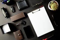 Bästa sikt av kontorsskrivbordet med modellpapper, monokel, penna som är smart royaltyfri foto