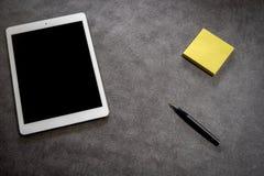 Bästa sikt av kontorsskrivbordet med tillbehör fotografering för bildbyråer