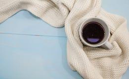 Bästa sikt av koppen av svart kaffe med höstsidor, en varm halsduk och den gamla boken på träbakgrund royaltyfri fotografi