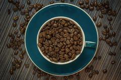 Bästa sikt av koppen med kaffebönor Royaltyfria Bilder