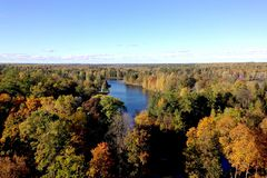 Bästa sikt av krökningen av floden och de färgrika kronorna av träd i hösten royaltyfri foto