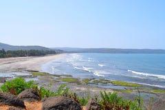 Bästa sikt av kusten av Arabian Sea med västra Ghat kullar på Ladghar, Maharashtra, Indien Royaltyfria Bilder