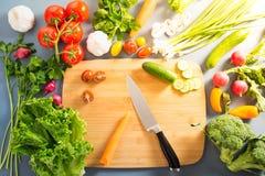 Bästa sikt av kvinnan som lagar mat sund mat: ingred bitande grönsak Arkivfoton
