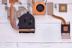 Bästa sikt av kylsystemet av datorprocessorn på vit träbakgrund Elektroniskt bräde med heatpipe och element, micropro arkivfoto