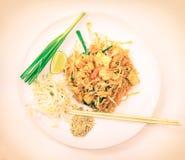 Bästa sikt av läckert thailändskt för block som tjänas som med limefrukt på plattan Fotografering för Bildbyråer