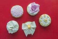Bästa sikt av läckra muffin på rött Royaltyfria Foton