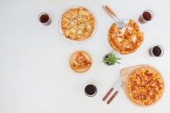 Bästa sikt av läckra olika sorter av pizza Arkivbild