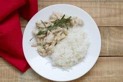 Bästa sikt av lagad mat höna med vit sås och rosmarin arkivfoto