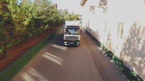 Bästa sikt av lastbilen med den stora havsbehållaren som kör på vägen, flyg- skott arkivfilmer