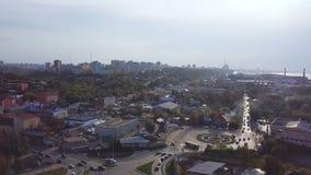 Bästa sikt av lilla staden med trafik på vägen gem Rusningstid stadstrafik i staden under dagen arkivfoton