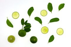 Bästa sikt av limefruktskivafrukter och sidor som isoleras på vitbaksida royaltyfria bilder