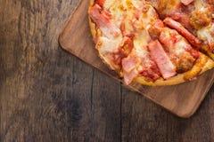 Bästa sikt av liten pizza på trätabellen Royaltyfri Fotografi