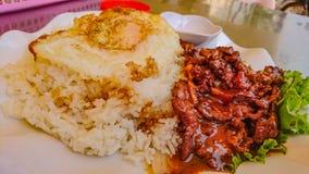 Bästa sikt av loklak-nötkött med det stekte ägget på risen i Kambodja arkivfoton