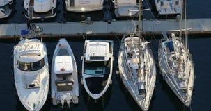 Bästa sikt av lyxiga segla yachter och fartyg som förtöjas i porten av Fontvieille i Monaco arkivfilmer