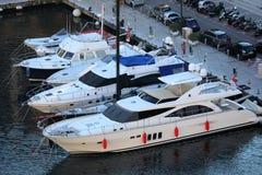 Bästa sikt av lyxiga yachter som förtöjas i porten av Fontvieille i Monaco arkivbilder