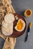 bästa sikt av matzaen med honung Pesah arkivfoton