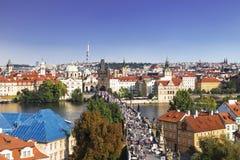 Bästa sikt av mitten av Prague med dess röda tak och torn av den Charles bron, Prague, royaltyfria foton