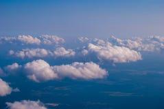 bästa sikt av molnen och den blåa himlen från det plana fönstret, bakgrunden av naturen arkivfoton