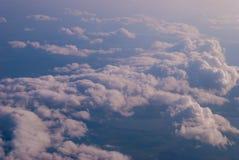 bästa sikt av molnen och den blåa himlen från det plana fönstret, bakgrunden av naturen arkivbilder