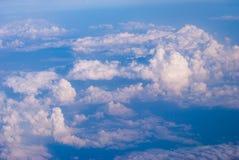 bästa sikt av molnen och den blåa himlen från det plana fönstret, bakgrunden av naturen fotografering för bildbyråer