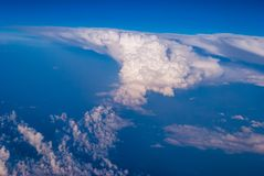 bästa sikt av molnen och den blåa himlen från det plana fönstret, bakgrunden av naturen arkivbild