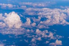 bästa sikt av molnen och den blåa himlen från det plana fönstret, bakgrunden av naturen royaltyfria bilder
