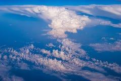 bästa sikt av molnen och den blåa himlen från det plana fönstret, bakgrunden av naturen royaltyfri foto