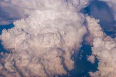 bästa sikt av molnen och den blåa himlen från det plana fönstret, bakgrunden av naturen royaltyfri bild