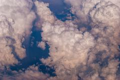 bästa sikt av molnen och den blåa himlen från det plana fönstret, bakgrunden av naturen royaltyfri fotografi