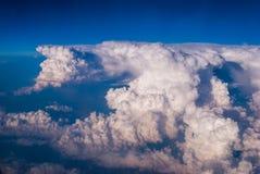 bästa sikt av molnen och den blåa himlen från det plana fönstret, bakgrunden av naturen arkivfoto