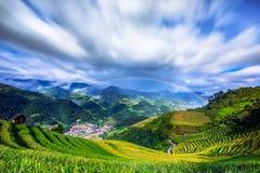 Bästa sikt av Mu Cang Chai City med regnbågen Fotografering för Bildbyråer