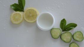 Bästa sikt av naturliga organiska kosmetiska produkter stock video