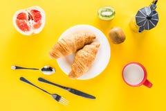 Bästa sikt av nya giffel på den vita plattan och kaffebryggaren med frukter Royaltyfri Bild
