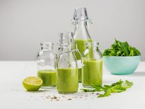 Bästa sikt av nya rå grönsaker, frukter på grått bakgrundsbaner Olika variationer av kålar, kinakål, broccoli, arkivfoto