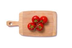 Bästa sikt av nya saftiga tomater på skärbräda Royaltyfri Fotografi