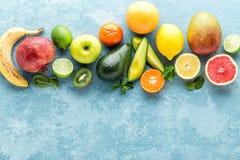 Bästa sikt av olika utvalda saftiga organiska tropiska frukter Arkivbilder
