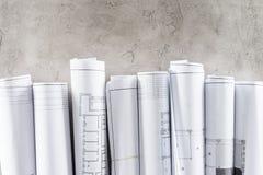 bästa sikt av ordnade ritningar som förläggas i rad på betong arkivfoton