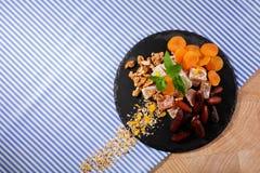 Bästa sikt av organiska söta mellanmål Turkisk fröjd med frukter och muttrar Exotisk marmeladefterrätt på en tygbakgrund royaltyfri fotografi