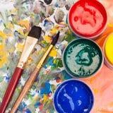 Bästa sikt av paletten, gouache, två måla borstar Arkivbild