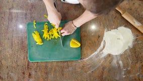 Bästa sikt av peppar för kockklippguling med grönsaker i bakgrunden arkivfilmer
