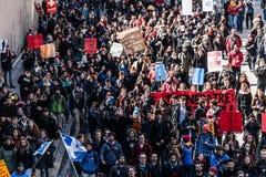 Bästa sikt av personerna som protesterar som går i de packade gatorna Fotografering för Bildbyråer