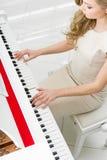 Bästa sikt av pianisten som spelar pianot arkivfoto