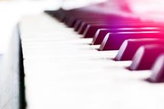 Bästa sikt av pianotangenter closen keys upp pianot nära frontal sikt Pianotangentbord med den selektiva fokusen diagonal sikt pi Arkivfoto