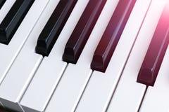 Bästa sikt av pianotangenter closen keys upp pianot nära frontal sikt Pianotangentbord med den selektiva fokusen diagonal sikt pi Royaltyfria Foton