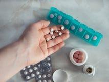 Bästa sikt av preventivpillerasken med kopieringsutrymme Arkivbild