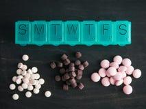 Bästa sikt av preventivpillerasken och preventivpillerar Royaltyfria Foton