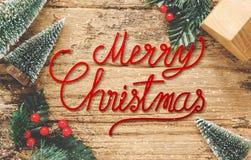 Bästa sikt av röd glad jul för handskrift på lantlig träflik fotografering för bildbyråer
